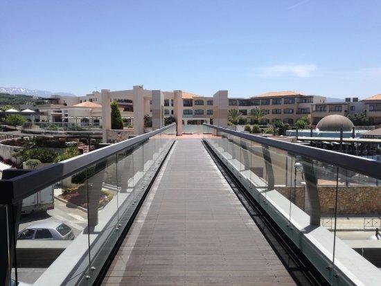 Minoa Palace Resort: Bridge between beach and main building hotel