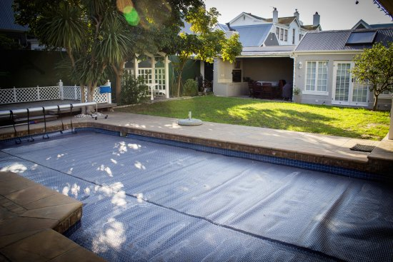 Rondebosch, Sudáfrica: Covered swimming pool and garden