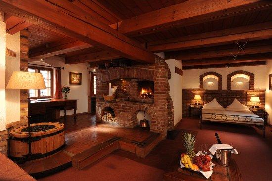 Romantik Hotel U Raka: Superior Luxury Double Room, with fire place, well, indoor garden
