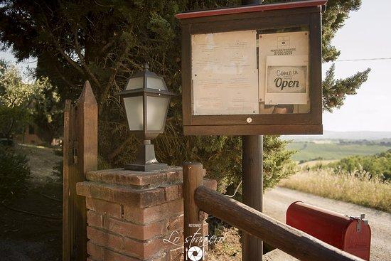 Petrignano, Italia: La nostra bacheca, dove trovare menù in Italiano e Inglese, e gli orari di apertura