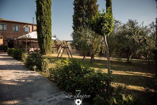 Petrignano, Italia: Il giardino esterno,con i suoi giochi, è adatto ai bambini