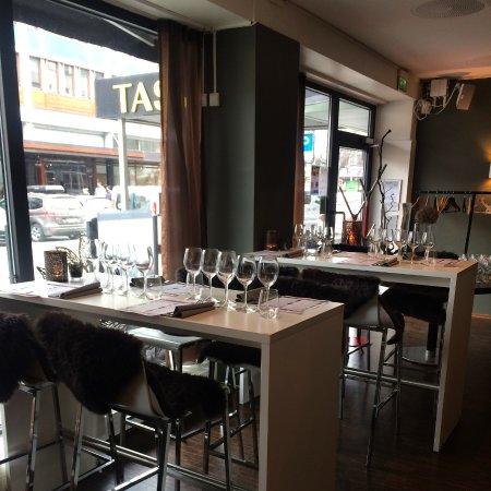 Tasting Restaurant & Vinbar : Bar tables
