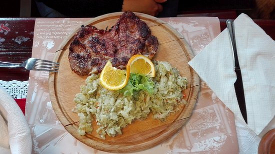 Miercurea-Ciuc, โรมาเนีย: Cabbage and pork neck chop