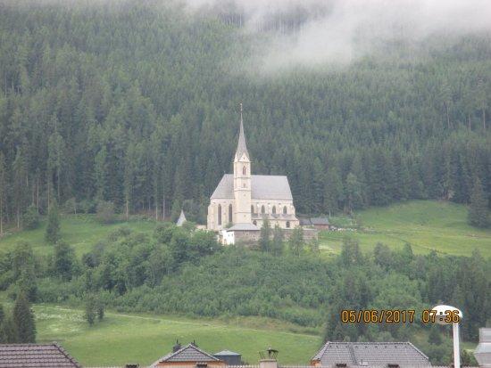Tamsweg, Østrig: Diese Kirche sieht man vom Balkon aus ,wunderschön.