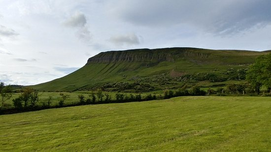 Drumcliff, Irlanda: This is the view from the side of the house