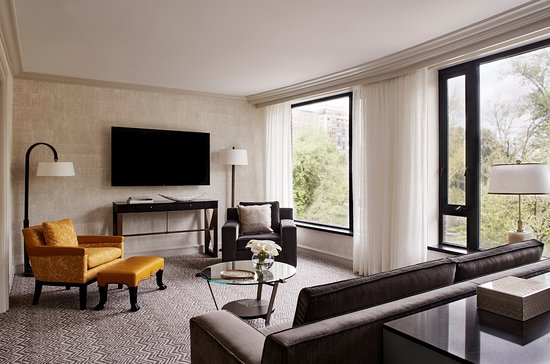 Four Seasons Hotel Boston: Senator Suite Living Room