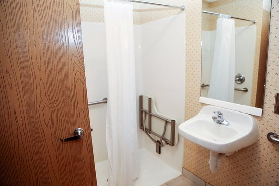 Hotel Hillsboro: Handicap bathroom allows easy access and roll in shower