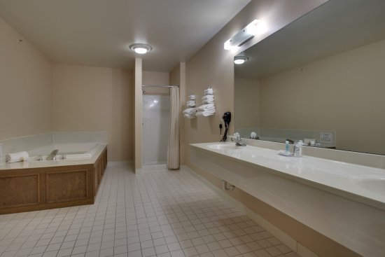 Canton, IL: Presidential Suite with Jacuzzi