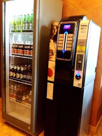 Medea Hotel: Distributore automatico di bevande calde e frigo con bevande nella hall dell'hotel