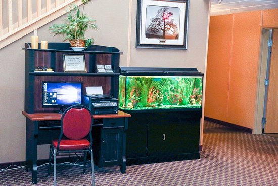 Hotel Hillsboro: Small area helps with all your office needs on the go