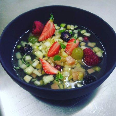 Saint-Georges-sur-Cher, France: Soupe de fruits frais au Vouvray et citron vert