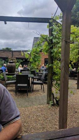 Sindlesham, UK: Courtyard tables