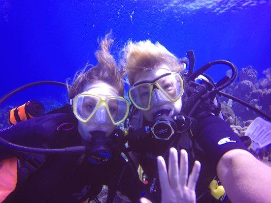 Sandy Bay, Honduras: Hannah and Lori diving with Seadivers