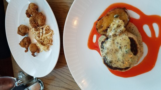 Walker's Grille: Crab cake and fried oysters