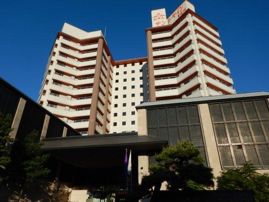 Hotel Sunshine Kinugawa : 日光より車で行くと最初に見えるオレンジ色の高い建物がホテルサンシャインです。到着すると、ピチッとした服を着た里見浩太朗みたいな人が迎えてくださいます。駐車場はホテルより道を隔てた向かい側です。