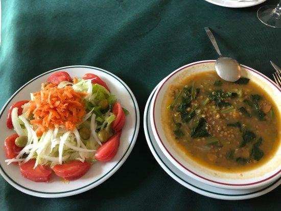 Bunol, Ισπανία: Salade composée et soupe de lentilles, préparation maison
