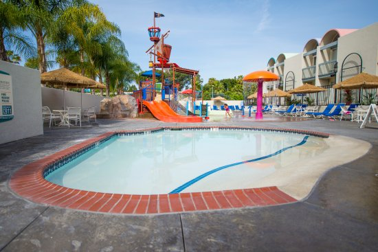 Pool - Picture of Howard Johnson by Wyndham Anaheim Hotel and Water Playground, Anaheim - Tripadvisor