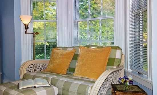West Barnstable, ماساتشوستس: Magnolia Room seating.