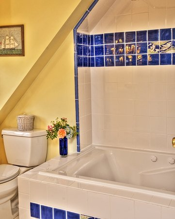 West Barnstable, MA: Wisteria Room's bath with Jacuzzi tub.