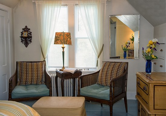 West Barnstable, MA: Morning Glory Room seating.