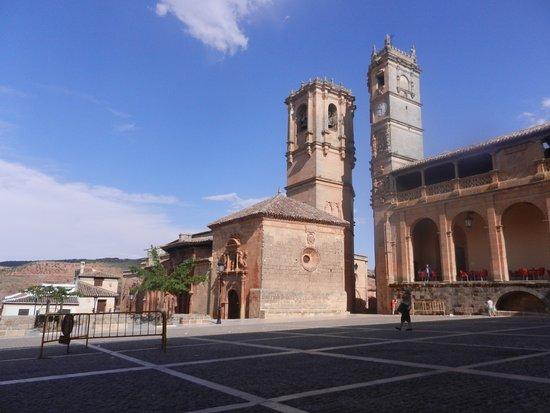 Las Torres del Tardón y La Trinidad en la Plaza Mayor de Alcaraz