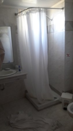 De badkamer met een veel te kleine douchebak. - Bild von Porto ...