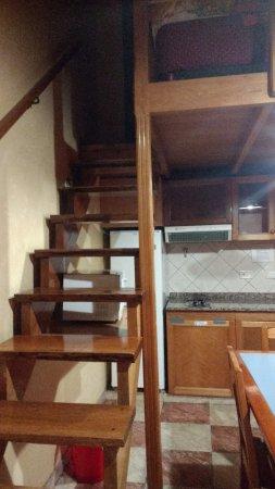 Linda Vista Apart Hotel: escalera hacia la planta alta donde se encuentran dos camas de una plaza