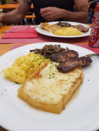 Piancavallo, إيطاليا: Piatto di polenta, salsiccia, formaggio e funghi