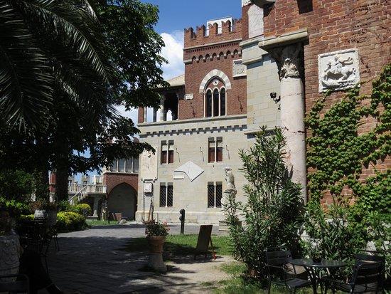 Castello d'Albertis : Shady garden with café.