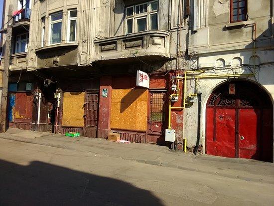 Hotelul Uranus: Derelict houses on the street