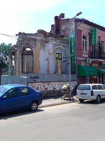 Hotelul Uranus: Derelict building across from the hotel