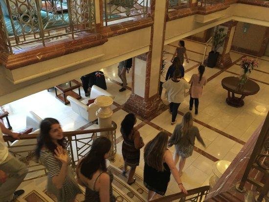 كيلارني بلازا هوتل آند سبا: Entering the lobby from upstairs