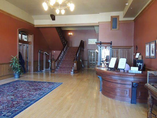 Fort Benton, MT: Lobby, the removed most of the furniture for a wedding that day.