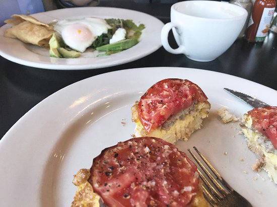 Carrboro, Karolina Północna: huevos rancheros, open-faced sandwich, and delicious coffee
