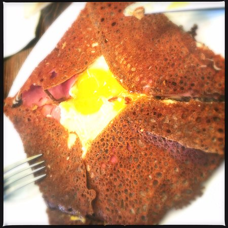 Le P'tit Crabe: Gallete with ham, cheese, and an egg