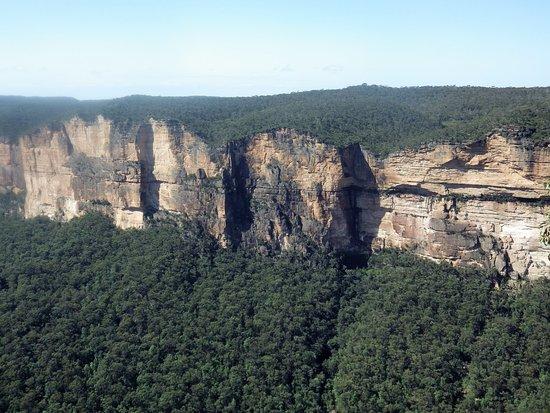 Blackheath, Australia: Cliffs along the valley edge....