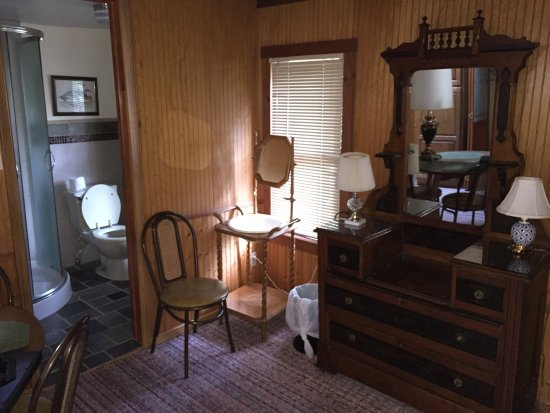 Tally Ho Hotel: Lovely antique furnishings of one of the suites