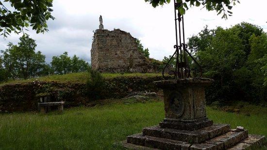 Cazillac, France: Note dame en haut de la tour sur la butte