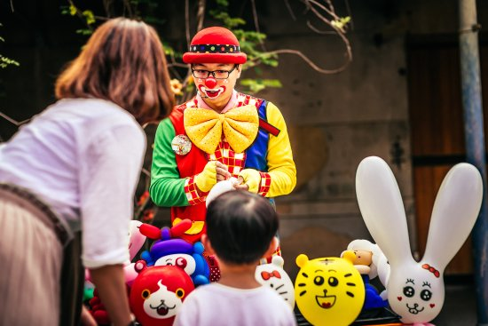 Huashan 1914 Creative Park: 假日不時會看到街頭藝人的表演
