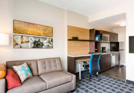 Cranbury, NJ: Enjoy a spacious living area and work desk in your hotel suite