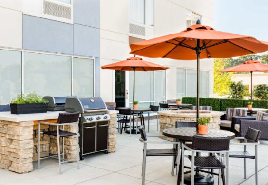 Cranbury, NJ: Spend time outdoors on our hotel's restful patio