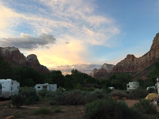 Watchman Campground: Majestic towering landscape all around