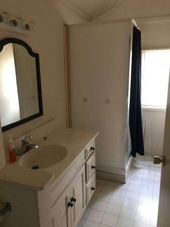 Monticello, IN: CABIN 5 BATHROOM
