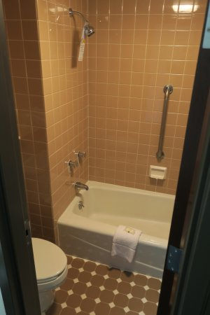 Quality Inn: Toilet and Tub/Shower