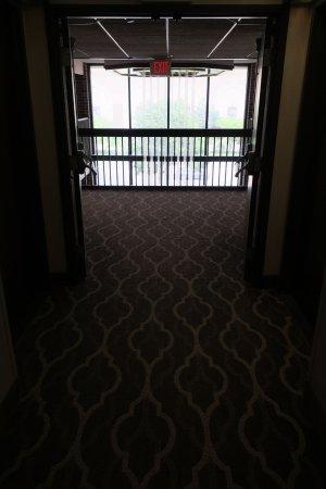 Quality Inn: Hallway to Atrium
