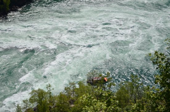 Youngstown, Нью-Йорк: The Niagarajet boat against the backdrop of the Whirlpool rapids