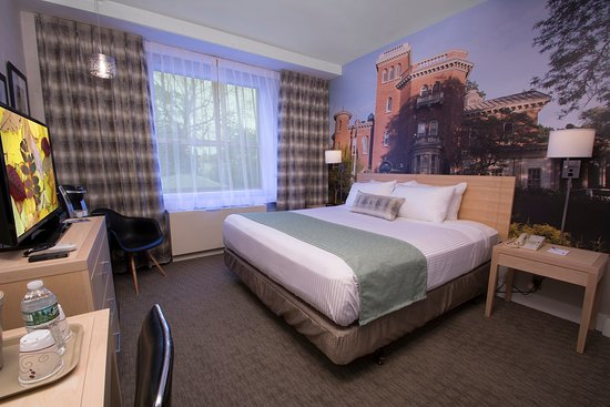 Adria Hotel And Conference Center: King Bed Room - This theme brings a part of the famous Brooklyn's Park Slope neighborhood to you