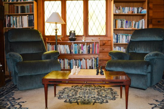 Alert Bay Lodge: Common Area - Book Nook