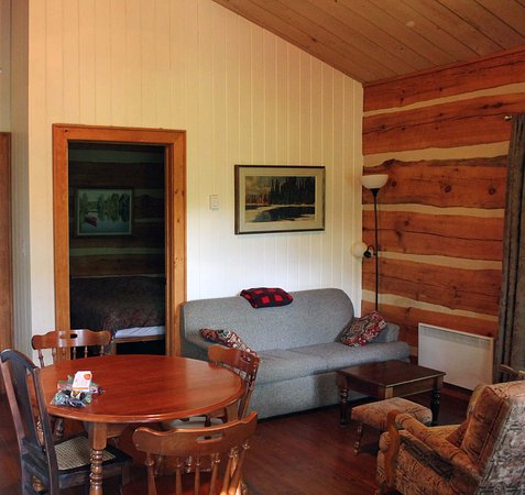 Oxtongue Lake, Canada: The living room and the bedroom