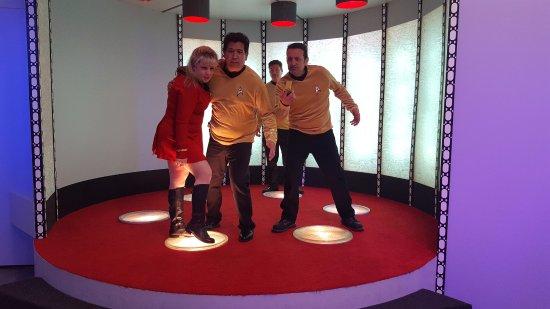 Ticonderoga, Estado de Nueva York: Away team returning to the Enterprise with an injured Lt. Lauren